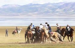 在歌曲Kul湖的马比赛在吉尔吉斯斯坦 图库摄影
