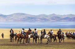 在歌曲Kul湖的马比赛在吉尔吉斯斯坦 免版税图库摄影