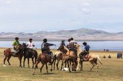 在歌曲Kul湖的马比赛在吉尔吉斯斯坦 免版税库存图片