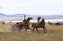 在歌曲Kul湖的马比赛在吉尔吉斯斯坦 库存照片
