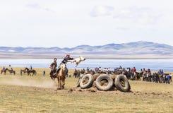 在歌曲Kul湖的马比赛在吉尔吉斯斯坦 免版税库存照片