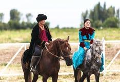在歌曲Kul湖的马骑术在吉尔吉斯斯坦 库存照片