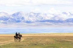 在歌曲Kul湖的马骑术在吉尔吉斯斯坦 免版税库存照片