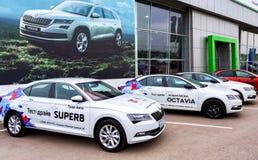 在正式经销商办公室的附近新的汽车斯柯达 免版税库存照片