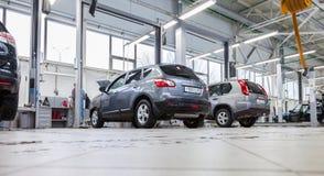 在正式经销商的汽车修理服务站的里面 库存图片