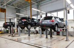 在正式经销商的汽车修理服务站的里面 库存照片