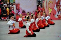 在正方形的儿童舞蹈 免版税库存照片