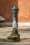 在正方形的古老饮用的春天 免版税库存图片