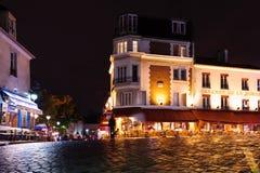 在正方形的咖啡馆在蒙马特在夜之前 2012年10月12日, 法国巴黎 库存照片