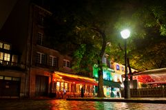 在正方形的咖啡馆在蒙马特在夜之前 2012年10月12日, 法国巴黎 免版税库存图片