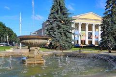 在正方形的喷泉在加里宁格勒地方戏曲剧院 库存照片