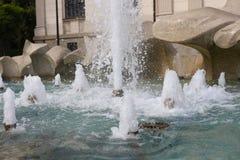 在正方形的喷泉在艺术前面宫殿  库存图片