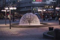 在正方形的喷泉蒲公英在国家戏院 库存照片