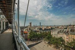 在正方形的在从庞毕度中心看的天际的大厦和起重机在巴黎 免版税图库摄影