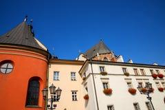 在正方形的大厦在Mariacki教会后在克拉科夫波兰 免版税库存照片