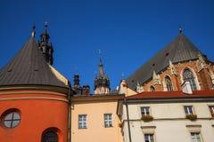 在正方形的大厦在Mariacki教会后在克拉科夫波兰 库存照片