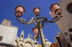 在正方形的桃红色灯笼在威尼斯 免版税库存图片
