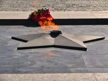 在正方形的永恒火在博物馆前面在Poklonnaya小山的胜利公园 免版税库存图片