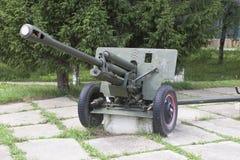 在正方形的火炮枪ZIS-3在二战的纪念碑下落的战士附近村庄Syamzha,沃洛格达州地区 库存照片