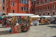 在正方形的街市在圣玛丽亚Gloriosa dei Frari教会附近一个美好的晴朗的夏日 库存照片