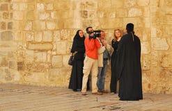 在正方形的采访在圣洁坟墓附近在耶路撒冷 免版税库存图片