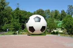 在正方形的雕塑Soccerball Svetlogorsk,加里宁格勒地区 库存图片