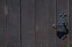在正确和棕色木门的门把 免版税库存照片