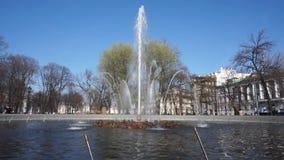 在正门的喷泉对海军部大厦在圣彼德堡 人们走动 股票录像