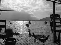 在正面图的家庭逗留在渔夫村庄 图库摄影