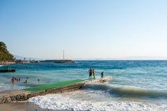 在正面图的海洋shorebreak 飞溅与backwave的大美丽的青绿的波浪和准备好发生 白色泡沫 图库摄影