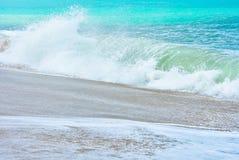 在正面图的海洋shorebreak 飞溅与backwave的大美丽的青绿的波浪和准备发生 白色泡沫slidin 图库摄影