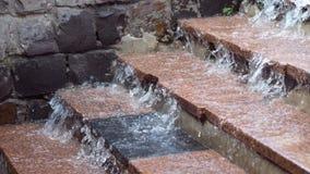 在步下的雨水奔跑 影视素材