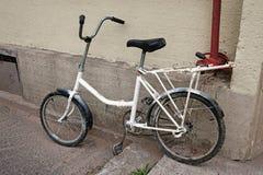 在步停放的自行车 免版税库存图片