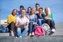 在步的学生外部开会 免版税图库摄影