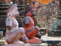 在步的2个猴子神雕象对Banteay Srei寺庙在Ankor,柬埔寨 免版税库存图片