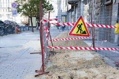 在步行区域中间修理工作在大城市 免版税库存照片