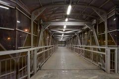 在步行天桥内在晚上 免版税库存照片