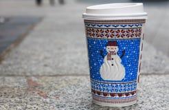 在步行期间的温暖的咖啡在利物浦,在英国 库存照片