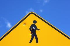 在步行标志的弹孔 库存图片