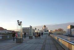 在步行步行桥梁的日落有美丽的主教的座位的 库存照片