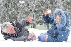 在步行的夫妇在冬天 库存照片