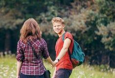 在步行的夫妇在森林里 免版税图库摄影