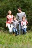 在步行的家庭在乡下 免版税库存图片