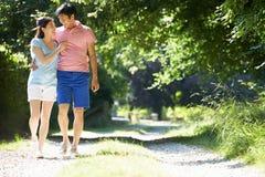 在步行的浪漫亚洲夫妇在乡下 库存照片