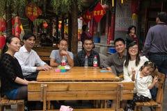 在步行的现代中国家庭预期午餐在一个小省镇 库存图片