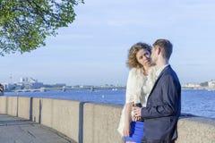 在步行的年轻夫妇 免版税库存图片