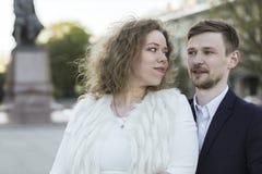 在步行的年轻夫妇 图库摄影