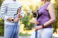 在步行的年长夫妇在公园 库存图片