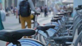 在步行街道旁边的自行车停车处 生态,供选择的运输 影视素材