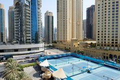 在步行附近的网球场在Jumeirah海滩住所 库存照片